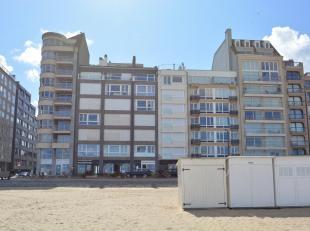 Schitterend appartement met frontaal zeezicht in het Zoute, in een kleine residentie tussen het Albertplein en de wandeldijk. Samenstelling: inkomhall