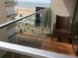 Ruim appartement met zijdelings zeezicht zeer centraal gelegen aan de zeedijk en het commerciële centrum van Knokke-Het Zoute.Appartement spacieu