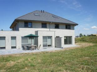 Halfopen nieuwbouwvilla met 5 slaapkamers zeer centraal gelegen nabij alle grote invalswegen te Westkapelle. Indeling: ruime inkomhal met apart gasten