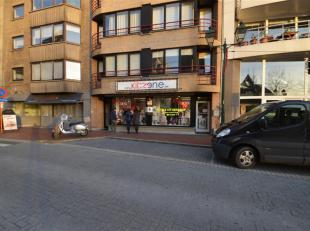 """Ruim handelspand te huur in de Lippenslaan nabij de """"Blokker"""" met een totale oppervlakte van 160m² en een gevelbreedte van 8m. Achteraan de winke"""