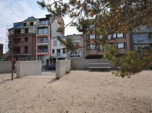 Recent, mooi afgewerkt duplexappartement met 3 slaapkamers met een weids zicht gelegen op wandelafstand van de zee. Indeling: Inkomhall met gastentoil
