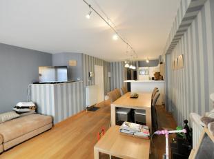 Centraal gelegen twee slaapkamer appartement op nog geen 15 meter van de zee. Indeling : Open keuken met aanpalend de eetkamer. Gezellig salon. Master