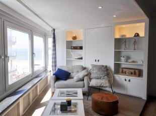 Instapklaar appartement met een mooi zeezicht gelegen tussen het Albertplein en het Driehoeksplein in het Zoute. Indeling: Inkom met gastentoilet en v