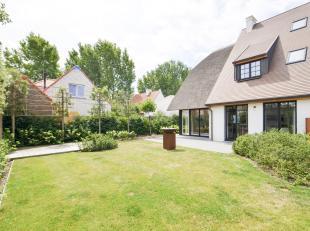 Recente, stijlvolle koppelvilla met een zon gericht terras en een onderhoudsvriendelijke tuin afgewerkt met kwalitatieve materialen. Indeling: Inkom m