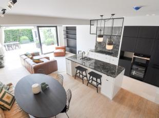 Subliem ontworpen nieuwbouwwoning afgewerkt met hoge kwaliteitsmaterialen en aparte architecturale elementen gelegen in het Zoute..Indeling: Inkom met