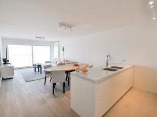 Volledig gerenoveerd appartement afgewerkt met hoogwaardige materialen en  frontaal zeezicht gelegen in het Zoute. Indeling: Inkom met gastentoilet en