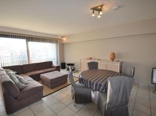 Een leuk gemeubeld appartement op het vijfde verdiep van een kleine residentie. Living met balkon, inkom, half-open keuken, 2 slaapkamers en badkamer.