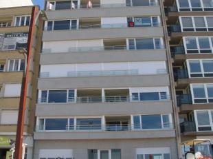 Prachtig ruim gelijkvloers appartement op de zeedijk. Dit appartement bevat een grote inkomhall, ruime woonkamer, ruime keuken, 2 slaapkamers en een b