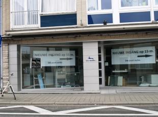Commerciële ruimte nabij het Gemeenteplein.<br /> Het handelspand is zeer ruim(200m²) en bevat een etalageraam van 9 m. Achteraan is er ook