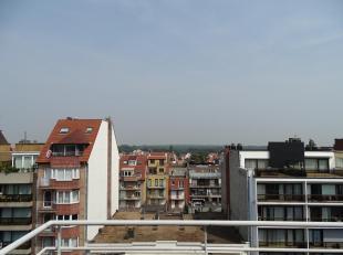 Dit verzorgd duplex-appartement beschikt over 2 mooie terrassen en is centraal gelegen in de Lippenslaan en het strand te Knokke. Indeling: ruime inko
