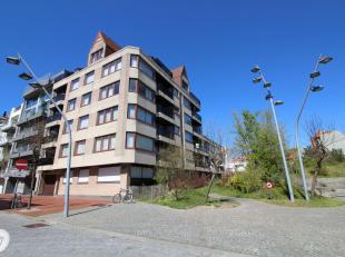 Ondergrondse autostaanplaats gelegen aan het Yzerpark, vlakbij de Dumortierlaan & het Driehoeksplein. Bereikbaar via een autolift op niveau -2.