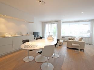 Dit recent appartement werd verfijnd afgewerkt en is centraal, doch rustig gelegen te Knokke.<br /> Indeling: aangename, lichtrijke leefruimte uitgeve