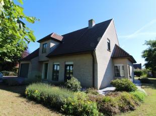 Deze villa is gelegen langs een zeer rustige baan te Sijsele, Damme! Het zicht op de velden is alvast een troef!<br /> De villa bestaat uit een royale