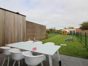 Deze nieuwbouwwoning is gelegen op de Oostendse Steenweg, vlakbij het AZ Sint-Jan, het openbaar vervoer, vlot richting kust en richting centrum Brugge