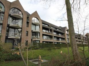 Dit appartement is gelegen in het park Van Zuylen te Sint-Kruis. Zeer mooie locatie en allerlei buurtwinkels in de nabije omgeving, ook het openbaar v