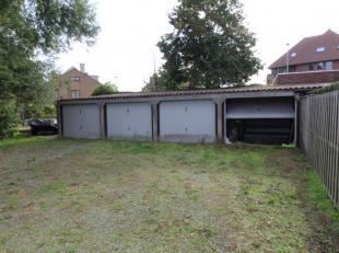 Deze 4 bovengrondse garageboxen situeren zich op 190m van het centrum van Sint-Kruis. Deze eigendom omvat een stuk achterliggende grond (300m²) m