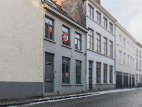 Deze prachtige burgerwoning met luxueuze toets is gelegen in de bekoorlijke Brugse binnenstad. De woning is centraal, doch rustig gelegen vlakbij wink