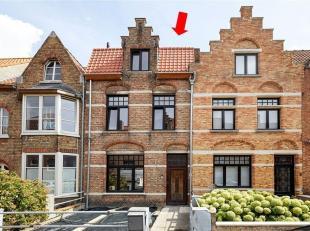 Deze quasi volledig GERENOVEERDE eengezinswoning is gelegen op toplocatie en bevindt zich op een steenworp van het centrum van Brugge (Mobiscore 9,2/1