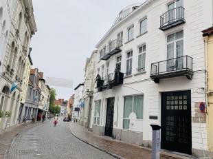 Authentiek DUPLEXappartement met 3 slaapkamers, ruim TERRAS en AUTOSTANDPLAATS.  Gelegen in BRUGGE CENTRUM op wandelafstand van de Grote Markt.  KLEIN