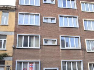 Appartement gelegen op het gelijkvloers, living (28m²), slaapkamer (24,5m²), badkamer, halfingerichte keuken, terras, tuintje, klein gebouw,