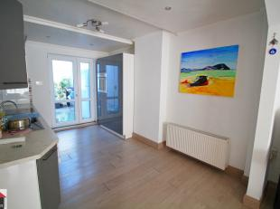 Centraal gelegen ruime woning met op de gelijkvloers een polyvalente ruimte (eventueel dienstig voor handel, hobbyruimte, ….)<br /> <br /> Ideaal wone