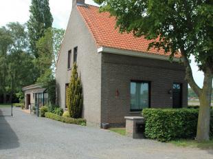 In het landelijke Sint Laureins, op fietsafstand van het centrum, bieden we deze goed onderhouden woning aan.<br /> Inkomhal, ruime living, grote keuk