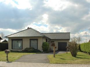 In een rustige verkaveling bevindt zich deze ruime bungalow met 3 slks , 2 garages en mooie tuin.<br /> Wenst u met visie op de toekomst gelijkvloers