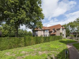 Deze door groen omgeven recente villa (°2008) beschikt over grote lichtrijke volumes en is door zijn exclusieve rustige ligging te centrum Adegem