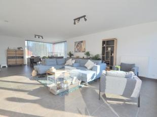 Dit ruim nieuwbouwappartement (166m²) is centraal gelegen te Beernem nabij het Station, E40, winkels en openbaar vervoer. Dit moderne triplex app
