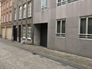 In een recente residentie bevindt zich deze autostaanplaats. Gelegen midden in het centrum van Brugge, vlakbij de Geldmuntstraat en de St Amandssstraa
