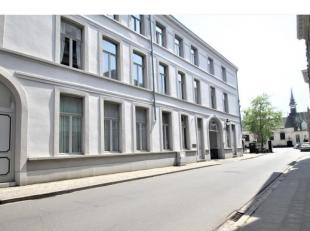 Dit appartement is ideaal gelegen in de Brugse binnenstad, rustig doch op enkele voetstappen van het bruisende centrum.De mooie poort geeft toegang to