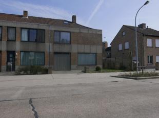 Deze aangename 3-slaapkamerwoning is gelegen is een rustige wijk te Assebroek.De volgende praktische indeling is in deze gezellige woning te vinden:-