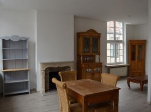 In de directe omgeving van de grote markt te Brugge vinden we dit ruime (111m²), gerenoveerd 2-slpk appartement terug. Het appartement omvat op d
