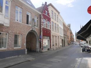Dit ruim handelspand met woonst is perfect gelegen in het hartje van Brugge, op 200m van het Belfort, de Markt, en zoveel meer. Een perfecte commerci&