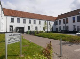 Deze studentenkamer is gelegen in een nieuw complex in het hartje van de Brugse binnenstad. Alle comfort voor de student is hier te vinden: ruime kame