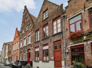 Cette maison de ville historique de Bruges est située dans le quartier de Sint-Anna. Avec le centre, le Kruisvest et les 'reitjes' accessibles
