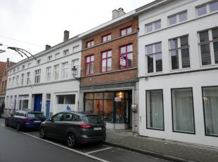 Deze volledig gerenoveerde woning is in het hartje van Brugge te vinden en heeft de volgende praktische indeling:gelijkvloers: ruime inkomhal, lichtri