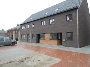 In het centrum van Moerkerke bevindt zich deze mooie nieuwbouwwoning.De woning heeft de volgende praktische indeling:gelijkvloers: inkom met afzonderl