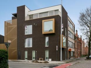 Aan de standsrand van Brugge in Sint-Kruis vinden we dit recent gebouwd appartement. Het is uitgerust conform de hedendaagse normen en is uiterst prak