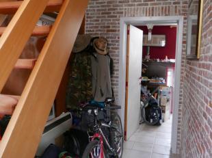 Deze verrassend ruime woning is gelegen in een rustige straat in centrum Brugge.De woning heeft de volgende praktische indeling:- gelijkvloers: inkom,