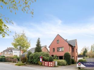 Deze volledig te renoveren woning is gelegen op een zeer rustige en residentiële locatie. Bovendien situeert de woning zich vlakbij het openbaar