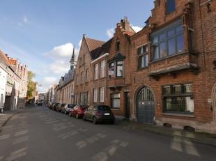 Op nog geen 10 min wandelen van de Markt treffen we deze knusse woning in centrum Brugge. De woning grenst aan het Astridpark, geniet een goede bereik