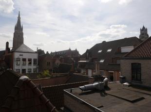 Deze mooie en ruime woning werd volledig vernieuwd met kwaliteitsvolle materialen en is gelegen op een topligging in centrum Brugge namelijk in de rus
