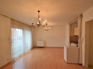 Serviceflat te koop in dienstencentrum Vivaldi. Deze flat beschikt over een inkomhal met apart toilet, woonkamer met aansluiting tot balkon, kitchenet