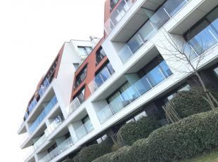 omvattende een inkomhal met vestiaire, een grote en klare living uitgevend op 2 terrassen en verzicht, een volledig ingerichte moderne open keuken, ee