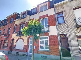 Gelegen in Anderlecht, in een zeer rustige straat en dicht bij het Park Forestier en het metrostation Aumale, bieden wij een prachtig huis in zeer goe