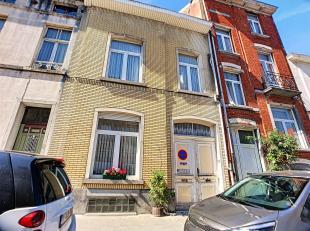 Gelegen in een charmante wijk dicht bij de Europese school, bieden wij een groot huis met bijgebouwen van + - 258 m² woonoppervlak op twee verdie