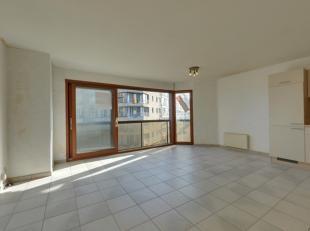 Ongemeubeld 2 slpk-appartement te huur op jaarbasis - centrale ligging - op 50 m van de zeedijk - vlakbij het station, casino, zeedijk.<br /> Indeling