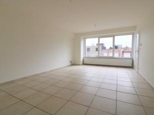 Zonnig appartement met 2 slaapkamers op de tweede verdieping van een klein gebouw. Dit appartement bestaat uit: - inkomhal; - zonnige leefruimte; - ap