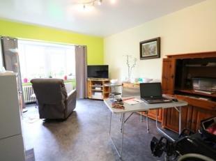 Gelijkvloersappartement met 2 slaapkamers en terras op wandelafstand van het centrum. Dit appartement bestaat uit: - inkomhal; - leefruimte; - aparte